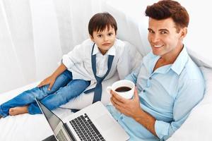far och son morgon tillsammans foto