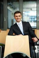 affärsman som sitter vid konferenshall foto