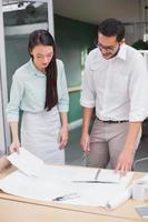 tillfälligt arkitekturteam som arbetar tillsammans vid skrivbordet foto