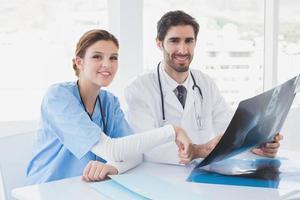läkare som sitter tillsammans med röntgenstrålar foto