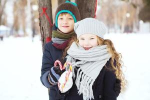barn pojke och flicka lekte tillsammans. foto