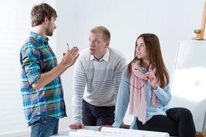 kollegor arbetar tillsammans på kontoret foto