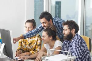 ungt professionellt team som arbetar tillsammans på kontoret foto