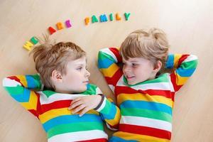 två små syskon barnpojkar som har kul tillsammans, inomhus