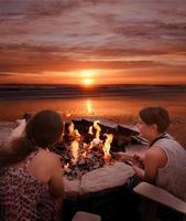 flickor som rostar marshmallows utomhus. foto
