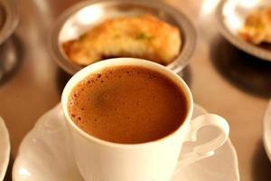 färskt bryggt turkiskt kaffe
