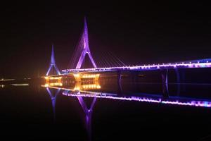modern bro på natten foto
