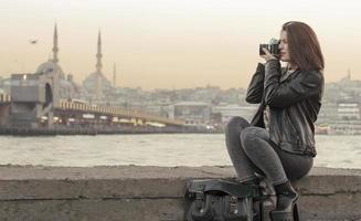 vacker kvinna tar bilder i istanbul, Turkiet foto