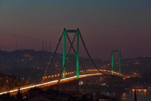 Bosphorus bridge och trafik på morgonen foto