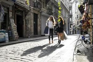 två flickor som shoppar på gatan