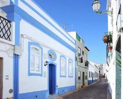 en gatuvy av en lagosby i Algarve Portugal