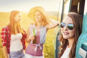 unga hipstervänner på bilresa foto