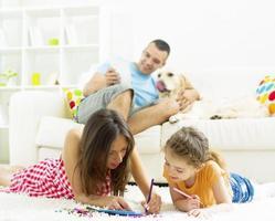 familjen njuter tillsammans hemma. foto