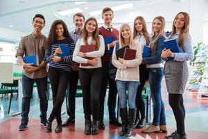 glada studenter som står i klassrummet tillsammans foto