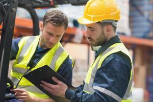 fokuserade lagerarbetare som pratar tillsammans