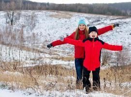 skrattar barn tillsammans utomhus på vintern. foto
