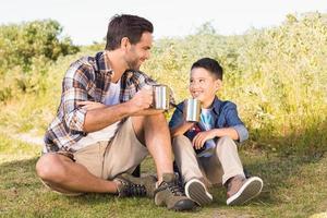 far och son på en vandring tillsammans foto