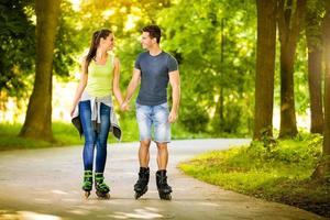 älskar par tillbringar fritid tillsammans på rullar