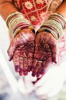 två händer kupade ihop palm upp och visar henna tatueringar foto