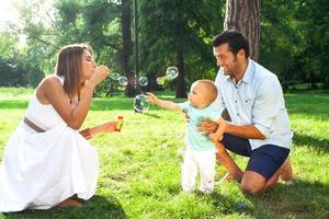 lycklig ung familj foto