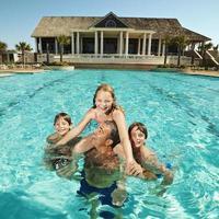 familj vid poolen. foto