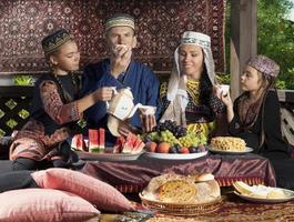 uzbekistan familj äter frukost foto