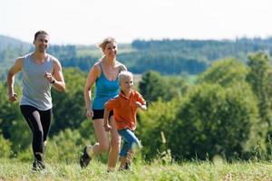 familj som gör sport - jogging foto