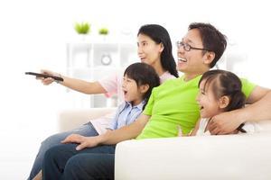 lycklig familj tittar på tv foto