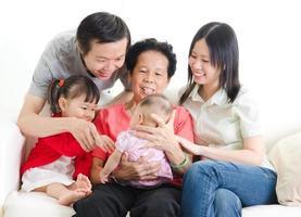 asiatisk familj med tre generationer foto