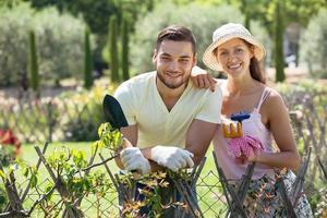 ung familj trädgårdsskötsel foto