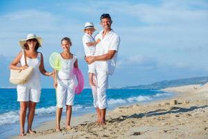 familj på tropisk strand foto