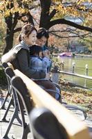 familj tittar på dammet foto