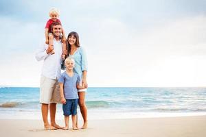 lycklig familj med små barn foto