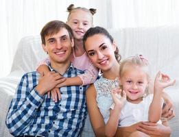 avslappnad familj på fyra poserar