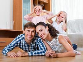 avslappnad familj i hemmiljö