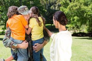 stilig soldat återförenas med familjen foto