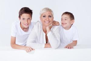 familjeporträtt, mamma med söner. foto