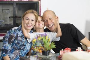 lycklig familj som tycker om hemma foto