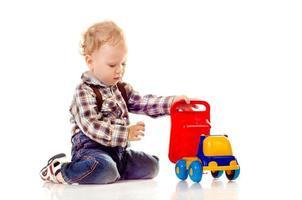 barn med leksak foto