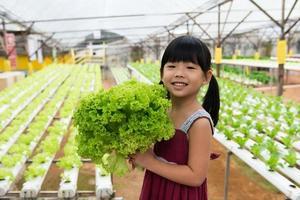 barn som håller grönsaker foto