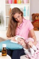 mor och sjukt barn foto