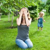 kvinna och barn som leker foto