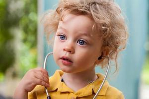 barn med stetoskop foto