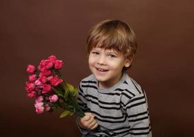 barn med alla hjärtans dagblommor foto
