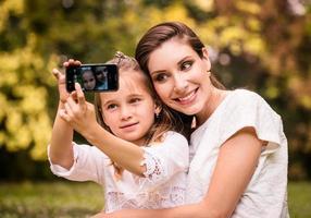 mamma med barn selfie foto