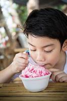 lilla asiatiska barn med glass foto