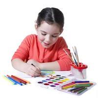 barn ritning med olika målningsverktyg foto