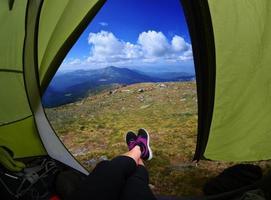 kvinna som ligger i tält foto