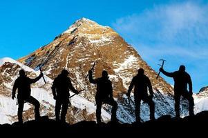 montera everest och silhuett av klättrare foto