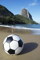 fotboll fotboll boll röd beach sugarloaf rio de janeiro Brasilien foto